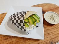 Arepa con aguacate y queso