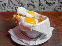 Papas rústicas con doble huevo frito