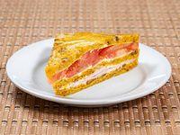 Triples de lomito y tomate en Pan de nuez