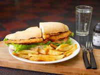 Sándwich mila carne lechuga tomate con fritas