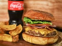 Cheeseburger con Papas y Coca-Cola