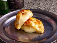 Empanada de queso, salchicha y huevo
