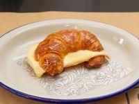 Medialuna de manteca con jamón y queso
