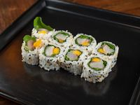 Uramaki roll de pescado blanco, mango, rúcula y jengibre fresco