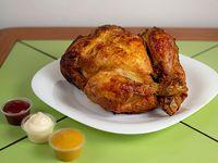 Pollo entero asado + papas fritas (familiar) + bebida 1.5 L
