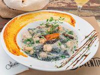 Raviolones negro de salmón con salsa mar y monte