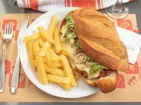 Sándwich bonjour parís con papas fritas