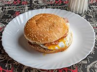Hamburguesa con bacon, huevo y papas fritas