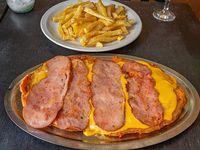 Milanesa con queso cheddar y panceta