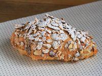 Croissant relleno de crema y almendras