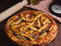 Pizza con carne de hamburguesa, cheddar, jamón y papas fritas