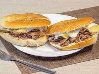 2 Sándwich (14 cm) de churrasco con queso, champignon y mayonesa + 1 bebida de 350 ml