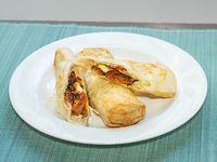 Rolls en masa filo de queso feta, tomate y albahaca