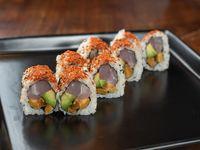 Uramaki roll de pescado blanco, palta, boniato asado, cilantro, lima y togarashi
