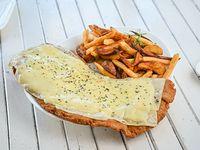 Milanesa con queso muzzarella y orégano acompañada de guarnición