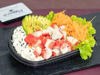Ensalada Poked california con base de arroz de sushi