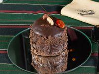 Torre de chocolate en dos texturas con dulce de leche