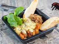 Bonitatos asados, cebolla caramelizada, rúcula y queso raclette