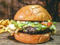 Guacamole burger con papas fritas