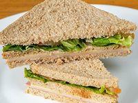 Sándwich de jamón y queso con verduras