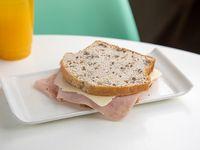 Pan de nuez con jamón y queso