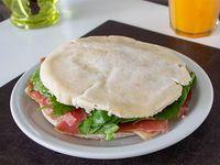 Sándwich de jamón crudo, rúcula y paremesano