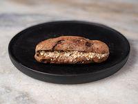 96 - Montadito de Nutella con almendras, en pan de chocolate