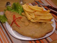 Milanesa de carne o suprema a caballo con papas fritas