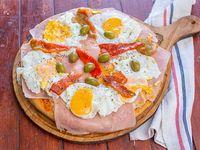 Pizza muzarella con jamon morron Y huevo fritos