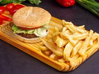 Sándwich de hamburguesa simple con papas fritas