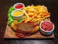 Berliner Currywurst mit Pommes