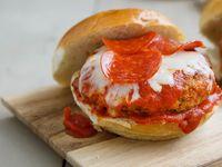 Burgers Pizza Fiesta de Pepperoni + 1 Jugo Hit 400 ml Env Plástico + Porción de Papas a la Francesa
