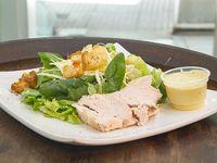Ensalada Caesar con pollo y croutones