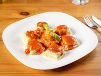 Panzottis de ricotta, espinaca, jamón y queso con salsa