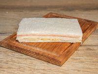 Sándwich de miga de jamón y palmitos