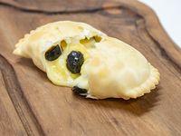Empanada de queso y aceituna