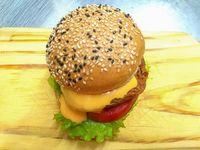 Sandwich de bondiola ahumada con papas fritas
