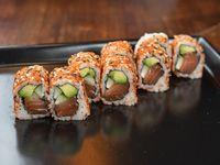 Uramaki roll de salmón marinado en soja, palta y pepino