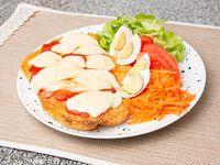 Suprema de pollo a la napolitana con ensalada de cuatro ingredientes