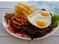 Bife de chorizo a la riojana con papas españolas