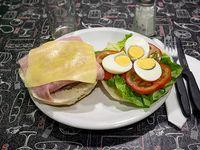 Sándwich de hamburguesa completo y fritas chicas