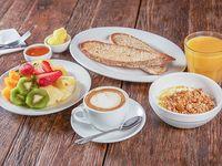 Desayuno fitness te o café capuccino