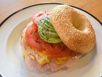 Bagel + jamón + queso + tomate fresco + huevo a la plancha + palta