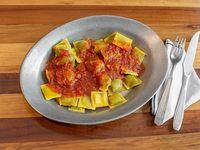 Ravioles de verdura y pollo con salsa