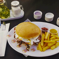 Sándwich de churrasco, queso, jamón y huevo + papas fritas