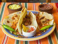 Tacos mixtos de pollo, carne y vegetales con tortillas de maíz (3 unidades)