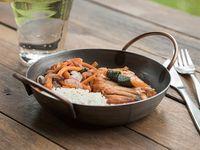 Salmón grillé con verduras salteadas y arroz japonés