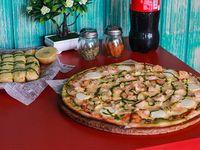 Sugerencia 6 - Pizza familiar + Bastones de ajo y queso parmesano + Bebida 1.5 L