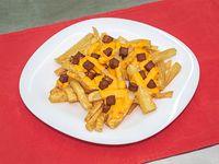 Servicio de papas fritas con cheddar y panceta
