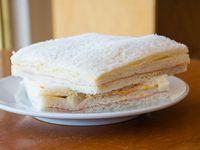 Sándwich triple de miga de palmitos con salsa golf
